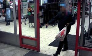 I vissa av fallen ska männen ha handlat upp pengarna i anslutning till brotten. En av männen har fångats av övervakningskameror på bland annat MediaMarkt.