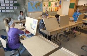 Det är tystare i klassen nu, med de nya möblerna.