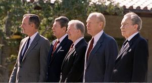 Fyra av USA:s tidigare presidenter, och den dåvarande George H W Bush, samlade vid ceremonin för Ronald Reagans presidentbibliotek i Simi Valley, Kalifornien, 5 november 1991. Från vänster: George H W Bush, Ronald Reagan, Jimmy Carter, Gerald Ford, Richard Nixon. Foto: AP Photo / Marcy Nighswander.
