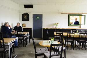 Från fönstret kan Hanna Andersson se om det kommer kunder till kaféet.