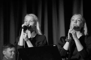 Bella Grönholm och Iris Norberg är sångerskor i gruppen High Five