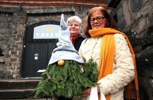 Katarina Sjökvist och Margareta Dangardt, Gustafs, har besökt tomtemarknaden flera gånger och uppskattar att det finns många fina varor att köpa.