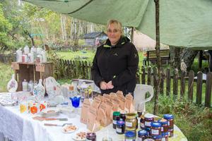 Isabella Lipponen från Baggbron hade med sig mycket hemgjort, bland annat marmelad gjord på egna plommon.