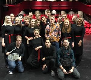 Hela klassen tillsammans med filmteam och regissören Henrik Ståhl.