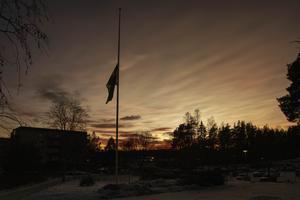 Flaggan på halv stång  vid Stora Sätraskolan.
