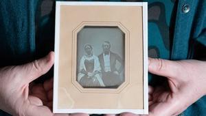 Bilden av paret Huss är det äldsta kända fotot i Medelpad - unikt för att det också är taget i Medelpad, går att datera med stor sannolikhet och visar personer som går att identifiera. Bild: David Schreiner, Sundsvalls Museum