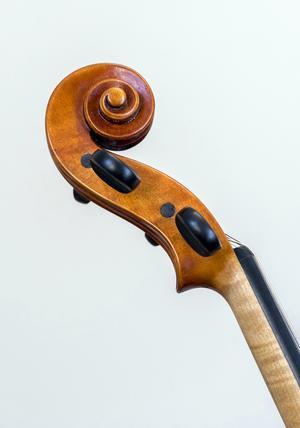 En violin och en snäcka är ett under av skönhet, något som Jan Larsson är en mästare på att bygga. Foto: Berit Djuse