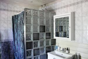 Badrummet såg ut så här när de köpte huset. Det fanns ingen anledning att ändra på det, eftersom det fungerar utmärkt.