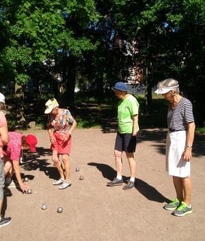 Ett bra sätt att träffas på distans är att spela Boule eller titta på när andra spelar. Här ser vi några från SPF Seniorerna Hamre spela ett parti.Foto: Privat