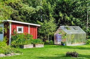På den 2 164 kvadratmeter stora tomten finns även ett gästhus, ett västhus och flera förråd. Foto: Fisheye Foto