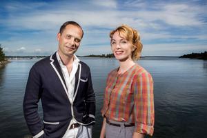 Programledarna Christopher O'Regan och Erika Åberg. Erika Åberg är, som säkert är bekant vid det här laget, från Gästrikland.
