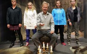 En interaktiv scenkonsthändelse med från vänster Bettina Bergknecht, Hanna Bark, Yngve Sundén, Anna Fahlstedt och Ronja Svedmark i Byta plats. Foto: Staffan Björklund