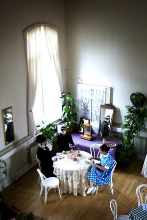Kaffetanternas utställning. På utställningen går att finna många typiska fynd, exempelvis kafferostare och kaffekoppar. På bilden Anne-Maj Hjalmarsson Frid. Foto:Karin Rickardsson