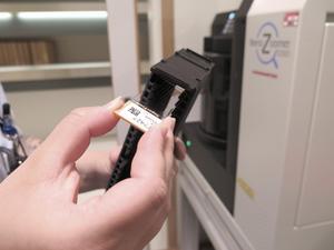 Här scannas objektglasen in. Sedan tar patologerna upp och analyserar informationen på sina datorskärmar.