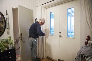 Den nyinsatta balkongdörren tätas av Bernt Lindbäck.