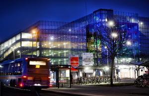 Ljuskonst pryder utsidan av det nya parkeringshuset. Belysningen varierar i snabbare takt under dagen och i ett lugnare tempo under natten.