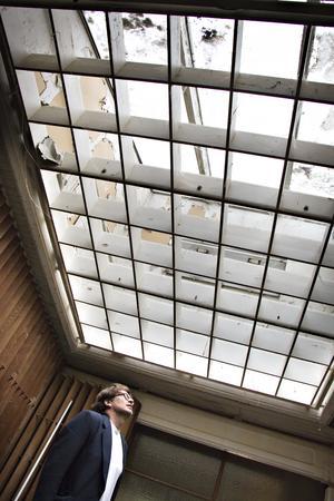 Takfönstret är en av de saker som Hans gillar allra bäst med huset. Det släpper in ljus  till både vardagsrum, kök och hall.