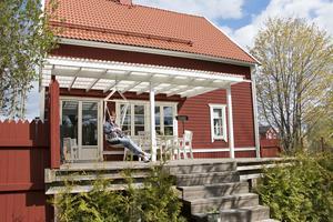 Uteplatsen på baksidan av huset är ett riktigt solfång. För att boa in sig har Felicia byggt räcken, plank och spaljéer och planterat en häck.