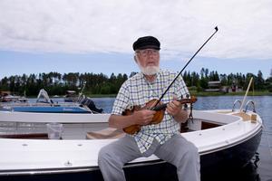 Ingenjören Göran Westin fyller 80 år på midsommarafton. Han firar med släkt och vänner i Skatan där han numera bor från maj till oktober.