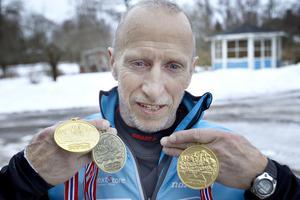 Lars Nilsson med sina medaljer efter Veteran-VM i Norge.