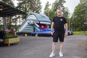 Jimmy Bolinder säger att den uppblåsbara rutschbanan, som ser ut som ett monster, har varit mycket populär under sommaren.