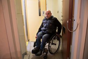 Det är trångt när Roger Ishak ska ta sig ur hissen och in i sin lägenhet. Eller tvärtom.