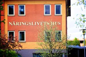 Foto: Claes Söderberg.Näringslivets Hus utrymdes under fredagseftermiddagen med anledning av bomblarmet i centrala Falun under fredagseftermiddagen.