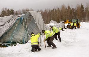 På måndagen inledde personal från kommunens arbetsmarknadsenhet arbetet med att koppla loss vajernätet.