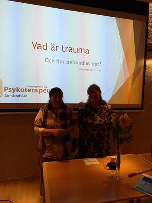 De två legitimerade psykoterapeuterna Petra Svensson och Ylva Westberg föreläste om Trauma på biblioteket