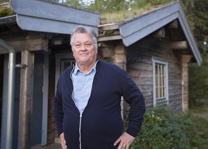 """""""Det här att alla ska till städerna, jag tror att det kommer en mottrend mot det med alla miljöproblem. Folk uppskattar den här fina naturen"""" säger Dan Olofsson. I bakgrunden syns ett  hus som mestadels används av hans barn."""