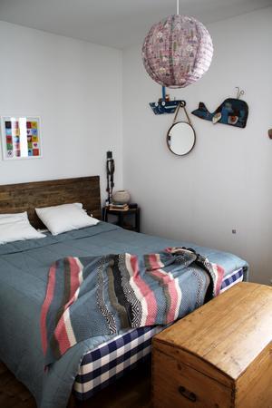 Träkistan i sovrummet är köpt i Frankrike. Sängen kommer från Sängjätten.