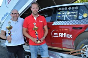 Niklas Edvardsson och Martin Hagman med pokaler efter målgång, ser redan fram emot SM i Linköping nästa helg. Foto: Pierre Skytt