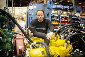 Conny Hedlund monterar vid en av produktionslinans stationer.