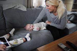Lite lek i soffan behagar Kerstin denna eftermiddag, när hon inte var på humör för amning.