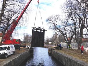 Ena slussporten i det lilla paret monteras efter att ha renoverats. Nu hoppas Strömsholms kanal att den håller 30-40 år, det var alltså förhoppningen år 2015.