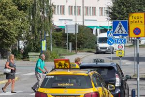 Den 1 april började nya avtal för färdtjänsten att gälla i hela Stockholms län. Sedan dess har färdtjänstkunder i Nynäshamnområdet upplevt att det finns för få bilar i området.