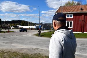 Här, i korsningen mot skolan och idrottsplatsen i Domsjö, höll Kenneth Gravem på att köra på cyklande pojkar, som körde rakt ut Vågsnäsvägen.