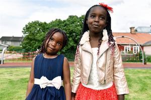 Eunice och Grace fanns på plats under invigningen av förskolan.
