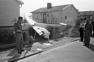 Polisen inspekterar kraschlandning med flygplan i trädgård på Jeremiasvägen i maj 1966. Fotograf: Okänd