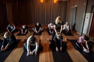 Dags att inta position i yogarummet, det finns mattor, kuddar, klossar och filtar för att underlätta rörelserna och avslappningarna.