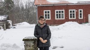 Arja framför sin gamla skola i Högfors, Norberg. Efter flytten lärde hon sig språket snabbt då hon tyckte om skolan och att läsa böcker.
