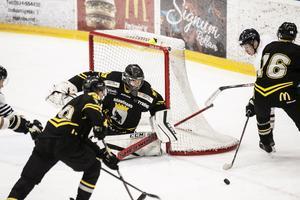 Mattias Hellström i AIK-målet fick se fyra puckar passera in i nätmaskorna under kvällen.