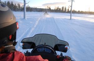 Snöskoteråkning i hög fart innebär rikser.