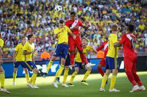 Mikael Lustig klev av efter 70 minuter mot Peru. Bild: Adam Ihse/TT.