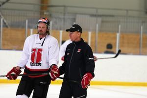 Jörgen Jönsson stannar i Örebro ytterligare en säsong. Här i diskussion med backen Stefan Warg.