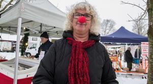 """Inger Kanders passade på att dela ut flygblad om en kommande föreställning med clowner för barn 1,2,3 Schtunk,  som kommer till Arboga. Efter det köpte hon ostar. """"De här bakom mig gör sin egen ost på gården och det vill jag gärna gynna"""", säger hon."""