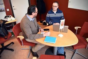 Mattias Scandola, skolchef, och Mikael Thalin, kommunalråd, diskuterar näringslivet.