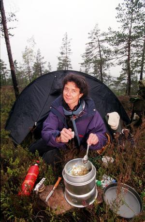 Anita Forssell förevisar matlagning i samband med den första utgivningen av boken Friluftsmat.