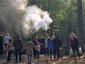 Minst ett par hundra personer kom till höstmarknaden och miltändningen vid Snöå Skogsarbetarby.