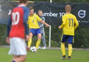 Niclas Bergmark (2), serverar David Edvardsson (11) bollen.